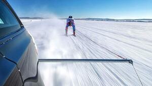 Защо да не завържем скиор за Jaguar и да вдигнем 188 км/ч?!