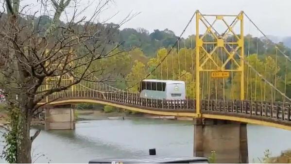 Идиот на седмицата: да минеш с 12-тонен автобус през мост с ограничение за 10 тона