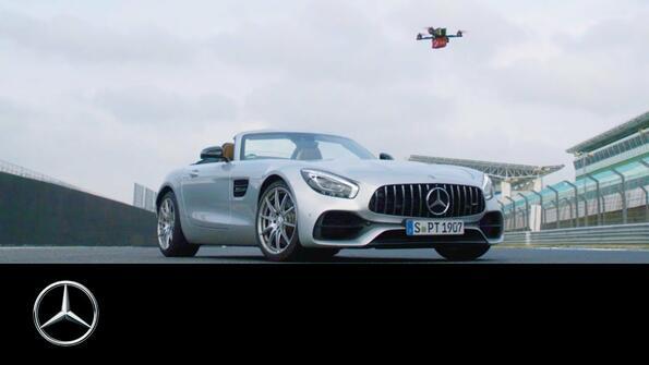 Mercedes-AMG GT Roadster срещу спортен дрон?!