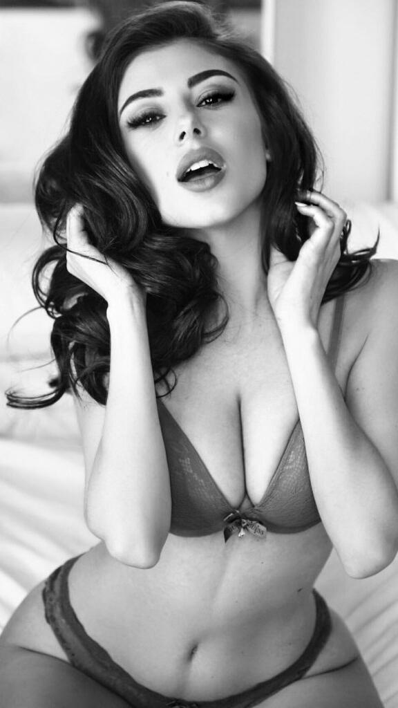 10 много секси снимки на модела Лусия Робъртс