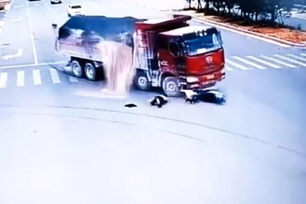Късметлия на седмицата: да те блъснат два камиона и нищо да ти няма