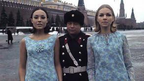 """<p>Много рядко на западен фотограф се е позволявало да снима в<span style=""""background-image: url(../img/wline.gif); background-color: #ffffff;"""">СССР</span>, още по-малко в Москва пред Кремъл. През 1965 година обаче такова разрешение получава фотографаПол<span style=""""background-image: url(../img/wline.gif); background-color: #ffffff;"""">Хуф</span>. Тойпристигав компанията на манекенките Сони Бакър и<span style=""""background-image: url(../img/wline.gif); background-color: #ffffff;"""">Фемке</span><span style=""""background-image: url(../img/wline.gif); background-color: #ffffff;"""">ван</span>де<span style=""""background-image: url(../img/wline.gif); background-color: #ffffff;"""">Бош</span>.</p>"""