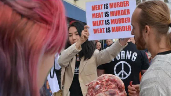Великобританец яде свинска глава на вегански протест (имаме видео)