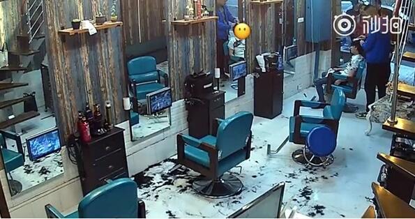 Моментална карма: вбесен от прическата си клиент сам подстрига фризьора